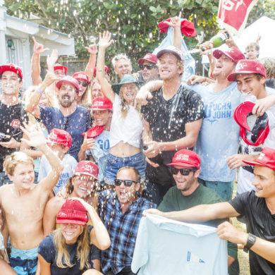 John John Florence célèbre son titre de champion du monde de surf 2017 dans son jardin à Hawaii